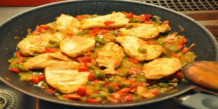 κοτόπουλο με πιπεριές και ανθότυρο