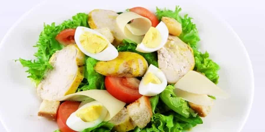 Σαλάτα με αυγό, τυρί, κοτόπουλο